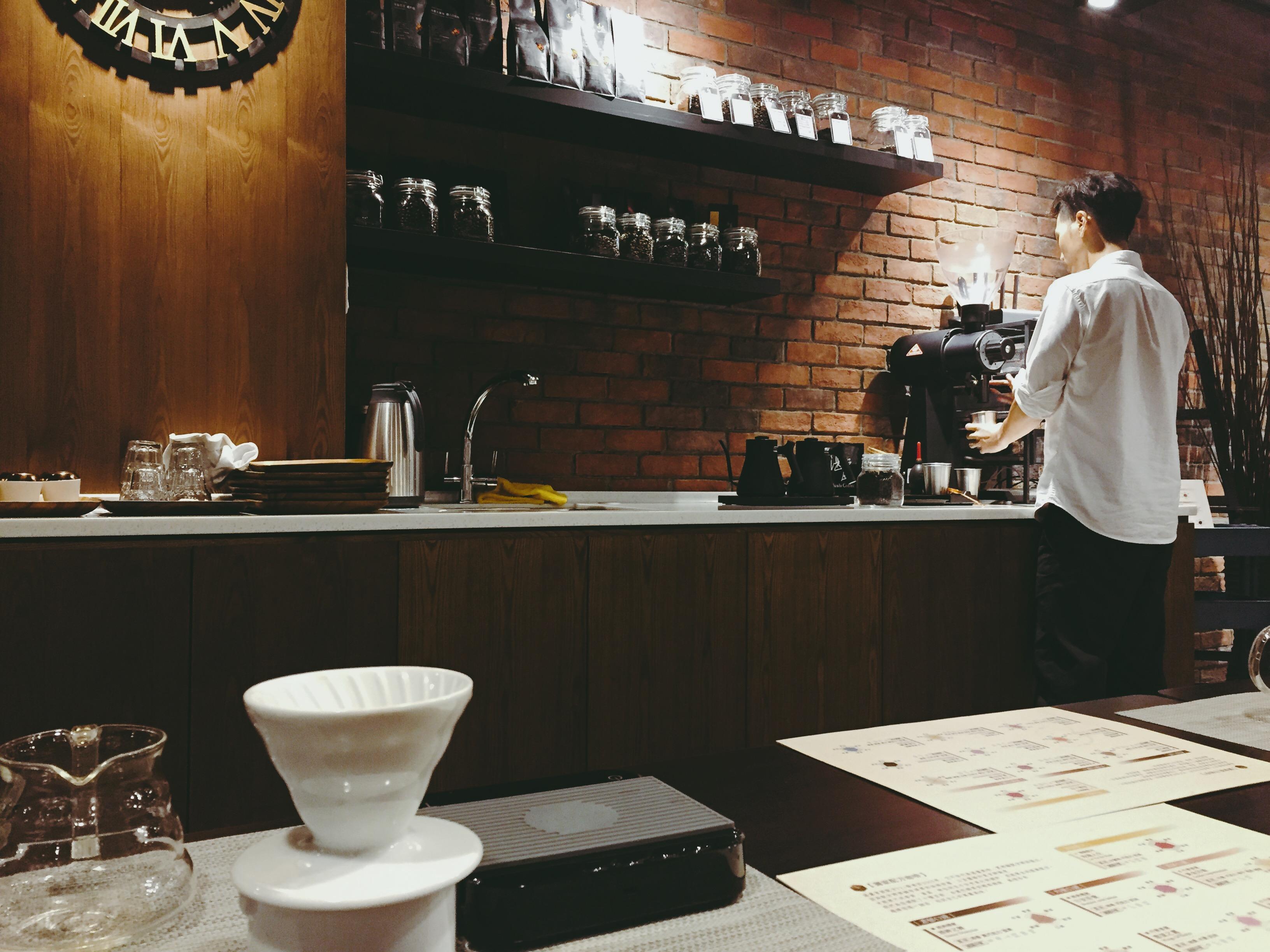 咖啡師研磨咖啡豆
