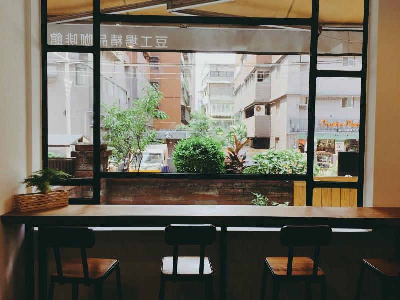 台北 中和 豆工場 精品咖啡館適合坐在窗邊看書或發呆