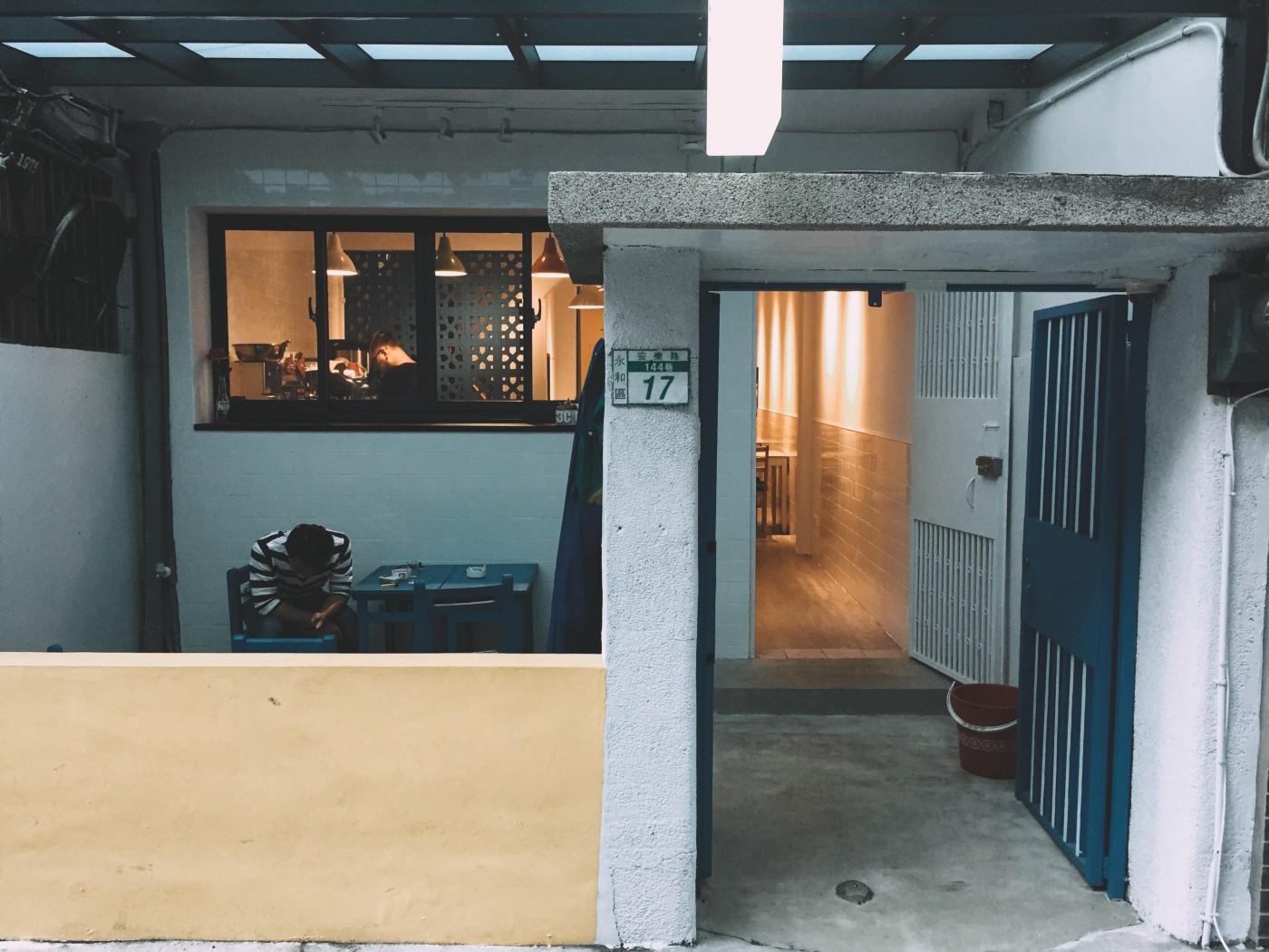 新北永和,永安市場站的 3C CAFE 店門口有吸煙區