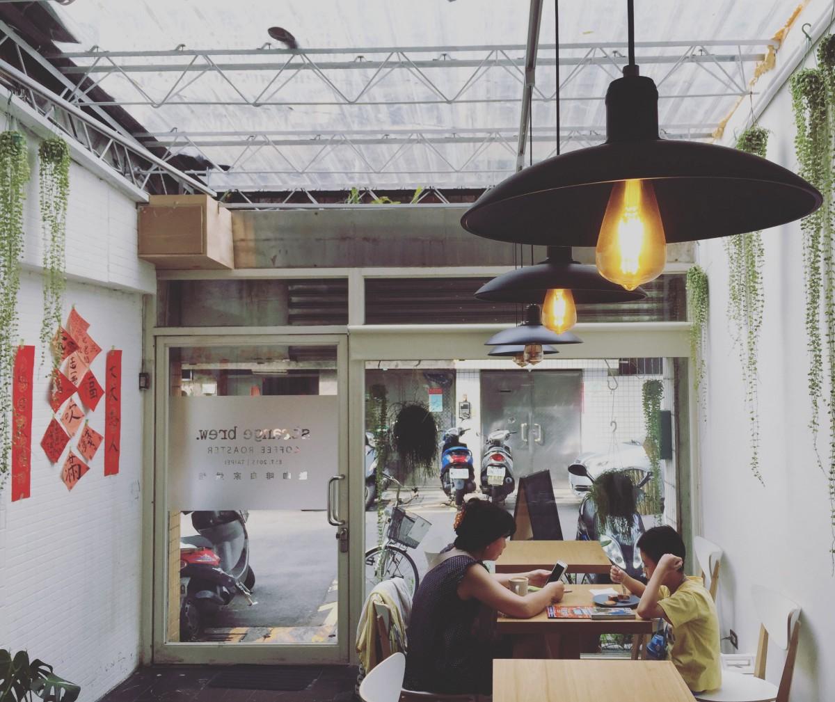 台北六張犁捷運站「 怪咖啡 」,在咖啡店遇見書法