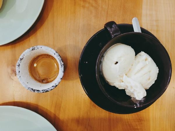 在台北 中和 豆工場精品咖啡館點了一杯濃縮和兩球冰淇淋