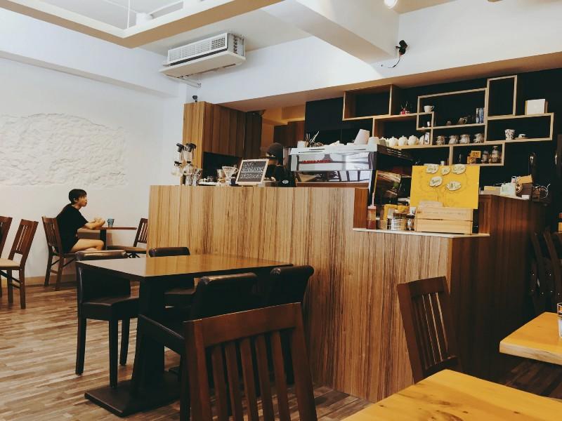 台北 中和 豆工場 精品咖啡館簡單的裝潢和吧台