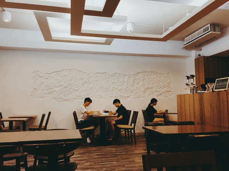 台北 中和 豆工場 精品咖啡館乾淨的牆面,有著不規則的圖案