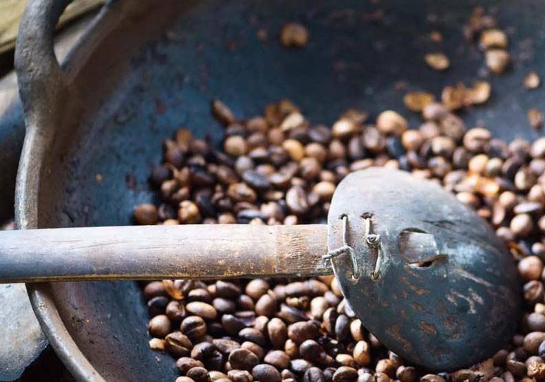 咖啡愛好者要怎麼在家玩 手工烘焙 ?用烤箱或平底鍋小試身手吧!