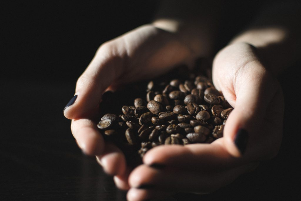 咖啡豆在手中