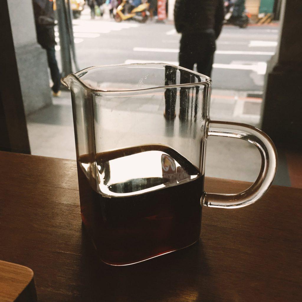 裝著熱咖啡的容器