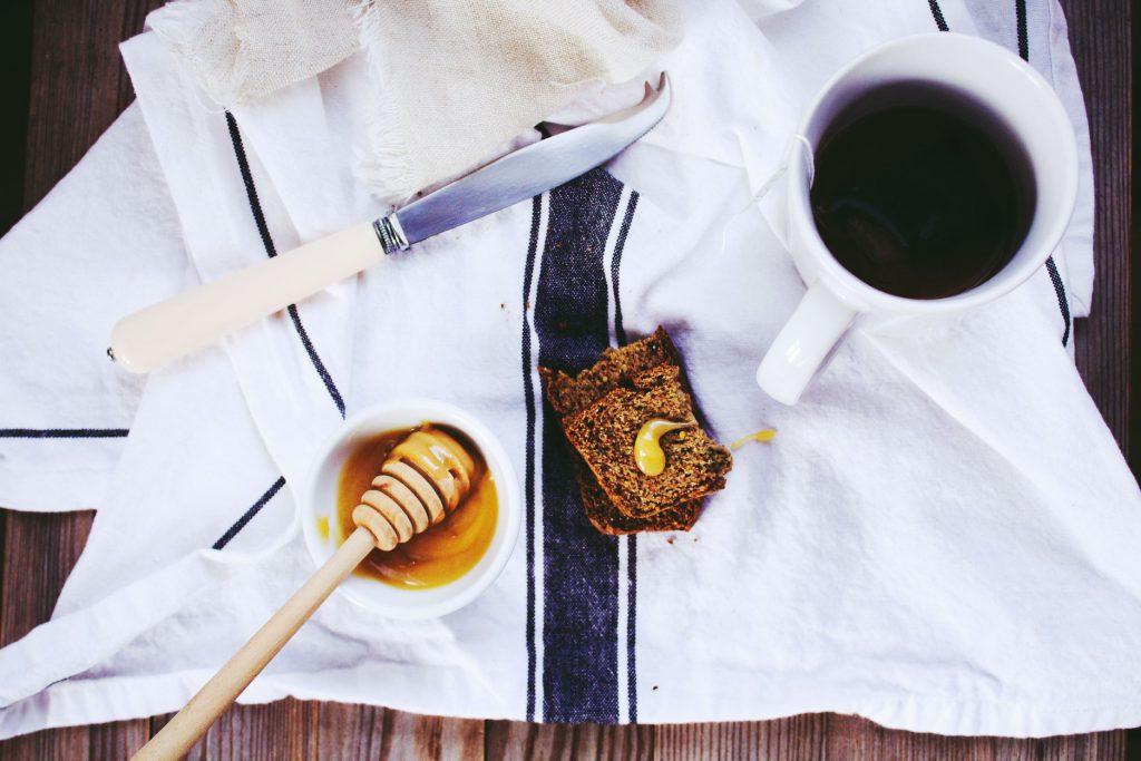 咖啡與蜂蜜 Photo by Aldyth Moyla on Unsplash