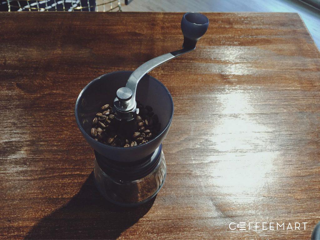 使用簡易的手搖磨豆機來磨粉做冷萃咖啡
